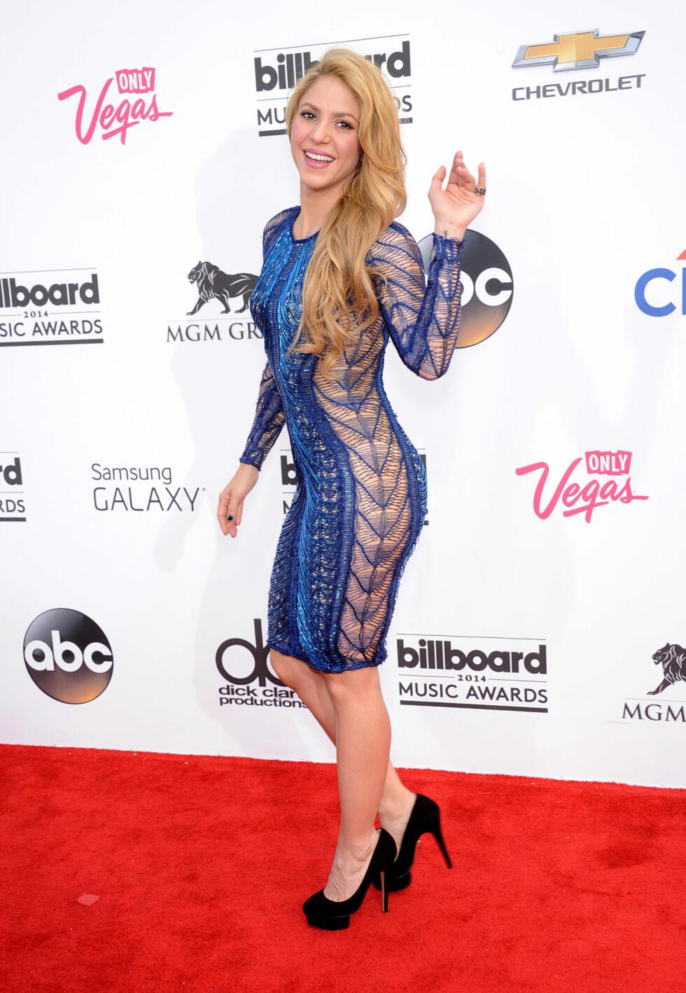 Popstjernen Shakira i kjole med gjennomsiktig stoff på sidene.  Foto: Digital Focus / Splash News/ All