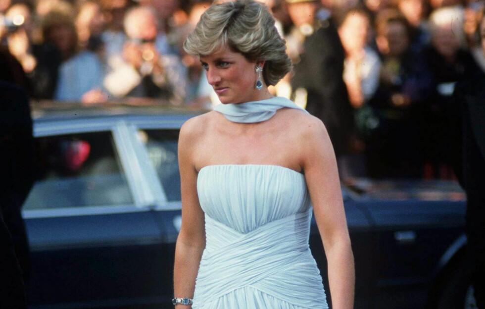 ALLTID VELKLEDD, VAKKER OG VERDIG: Denne lyseblå ermeløse chiffonkjolen prinsesse Diana hadde på seg under filmfestivalen i Cannes er en av mange grunner til hvorfor hun er en av tidenes største stilikoner. Vi har mye å lære av hennes elegante og alltid klassiske antrekk. Foto: All Over Press