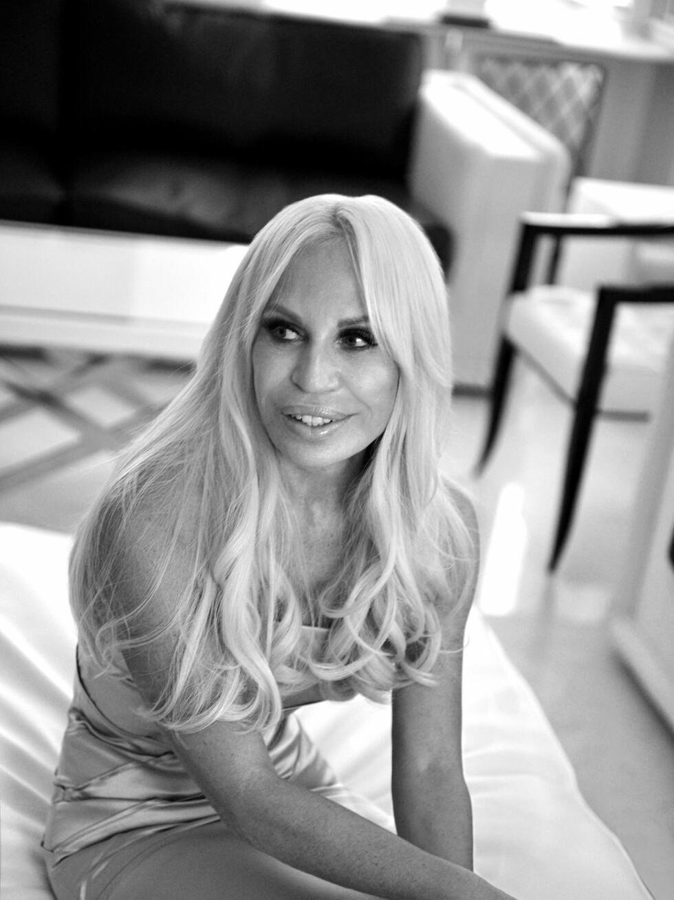 Versaces kreative leder Donatella Versace har designet kolleksjonen for H&M.  Foto: Versace for H&M