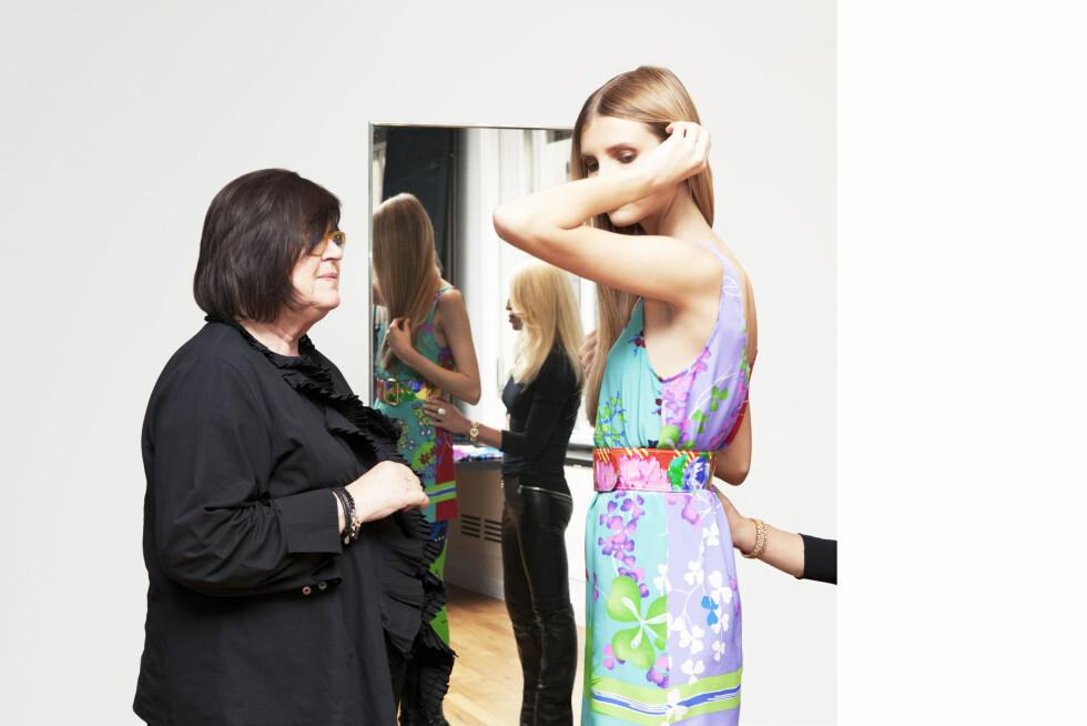 Margareta van den Bosch, kreativ rådgiver i H&M, og en modell i en av kjolene.  Foto: Versace for H&M