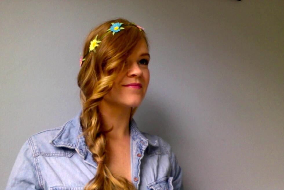 VARIÉR HØYDEN: Her er blomsterhårbåndet festet oppå håret på krona, ikke ned i panna.  Foto: Aina Kristiansen