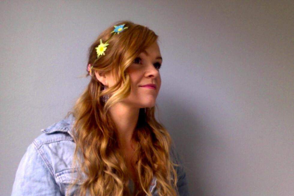 KLER ALLE: Halvt oppsatt hår er flatterende på alle, og som det beste fra begge verdener. Pynt det med et hårbånd for en ekstra sommerlig frisyre. Foto: Aina Kristiansen
