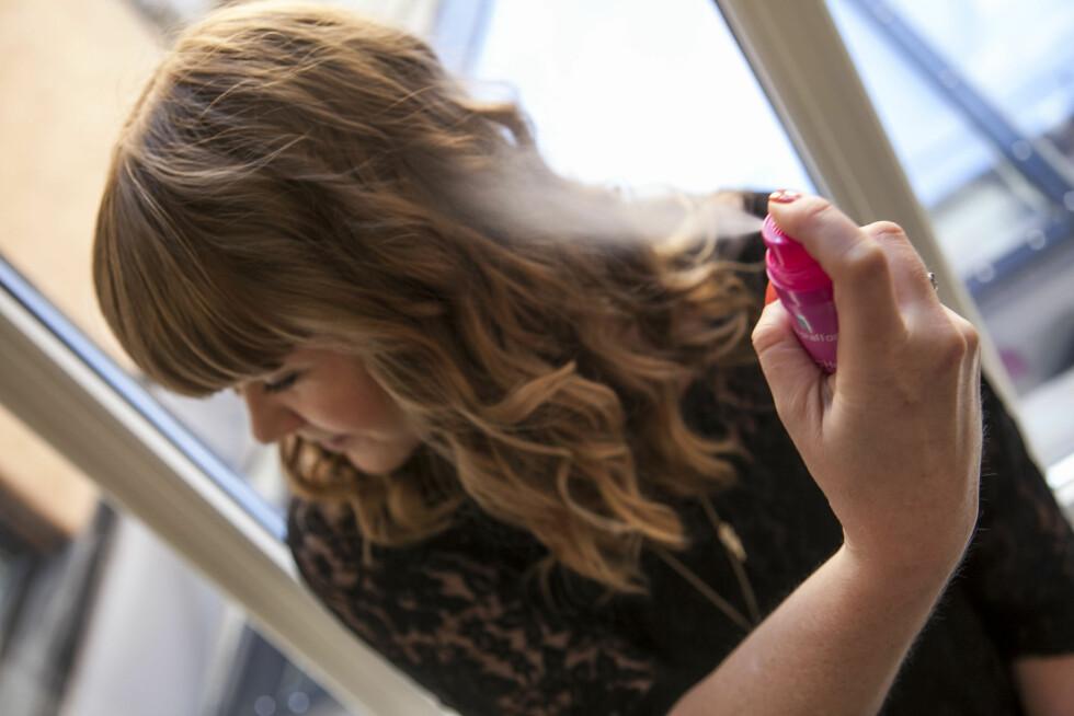 SKIFT HÅND: Du bør ikke holde hårsprayen i samme hånd når du sprayer begge sider av håret. Skift hånd og hold samme avstand til håret, så unngår du at det blir flatere på den ene siden, sier frisøren. Foto: Per Ervland