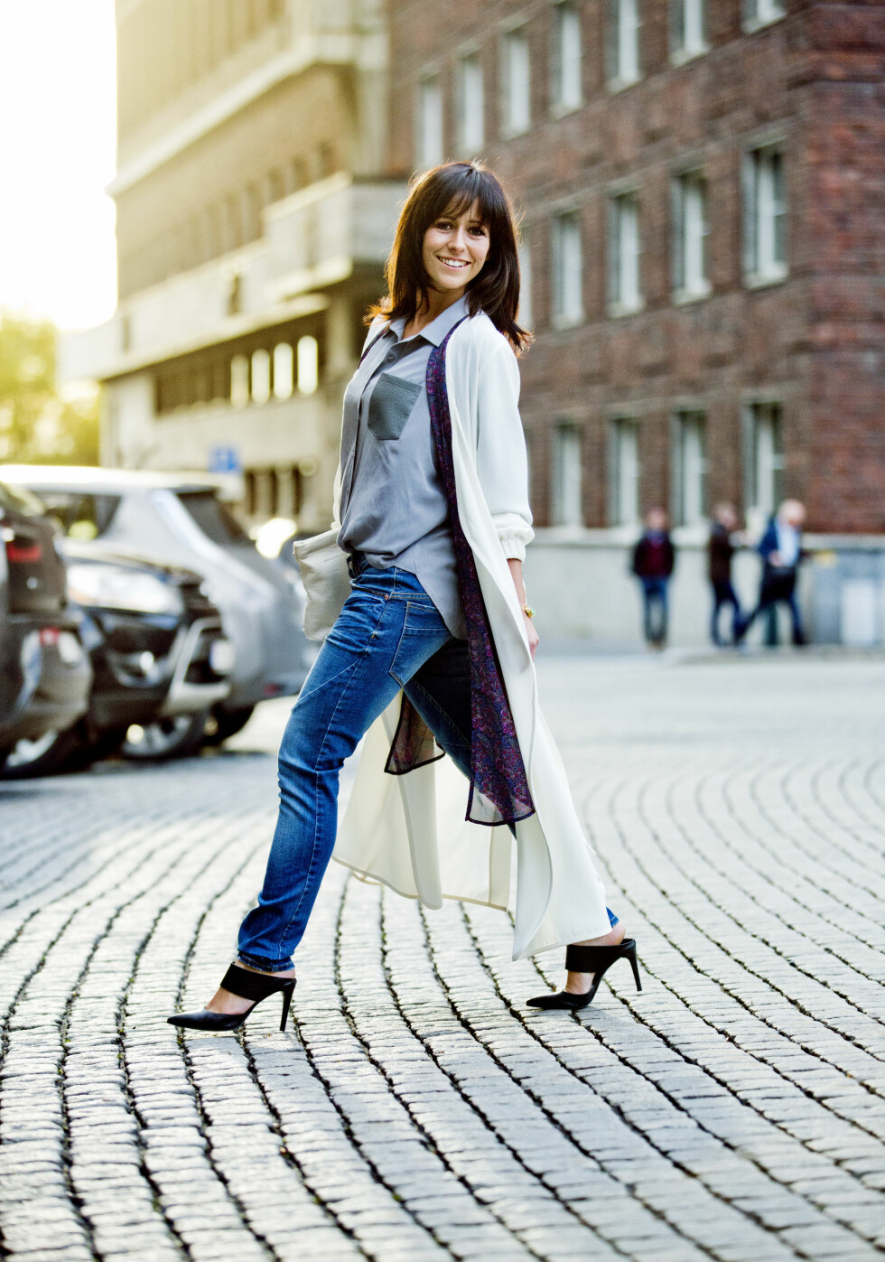 Line i skjorte (kr 1400, Riccovero), kimono (kr 300, Bik Bok), kåpe (kr 799, Lindex), jeans (kr 400, Gina Tricot), clutch (kr 1400, Samsøe & Samsøe) og sko (kr 2500, Apair).   Foto: Sara Johannessen / KK