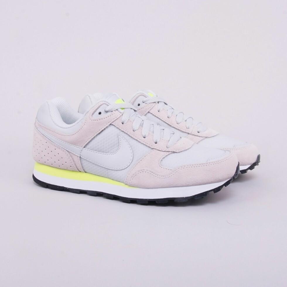 I hvitt, gult og grått (kr 600, Nike).