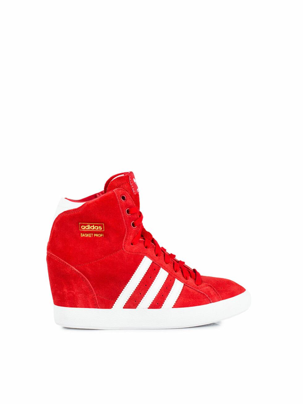 I rødt (kr 1195, Adidas).