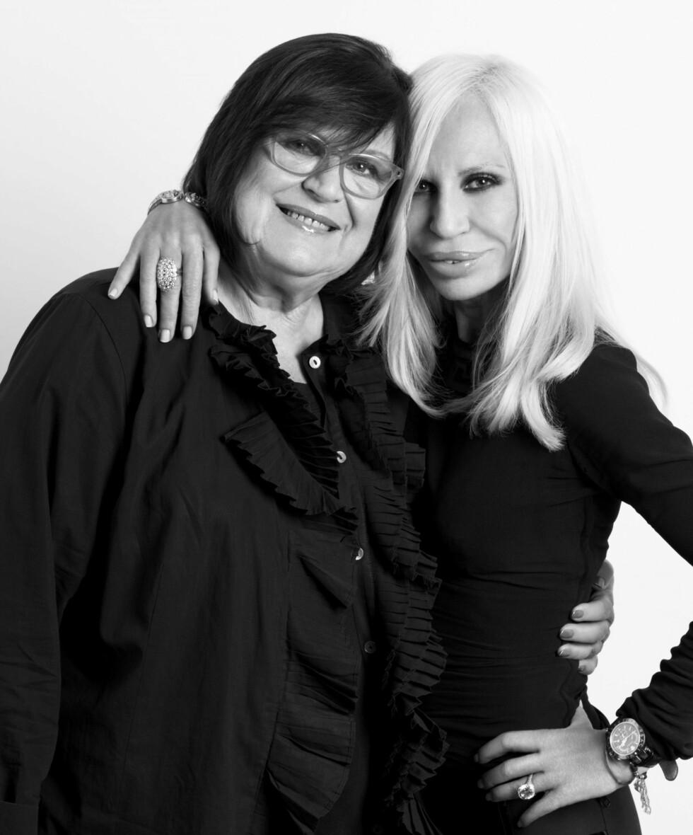 SAMARBEIDSPARTNERE: H&Ms kreative leder, Margaretha van den Bosch, sammen med årets gjestedesigner, Donatella Versace. Foto: H&M