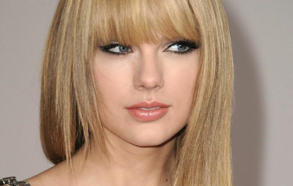 RETT HÅR OG LUGG: Mer skulle ikke til for at Taylor Swift skulle bli nærmest ugjenkjennelig på American Music Awards søndag. Foto: All Over Press