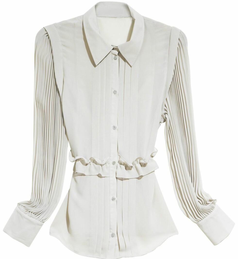 Yndig bluse med søte små knaooer (kr 400, H&M).