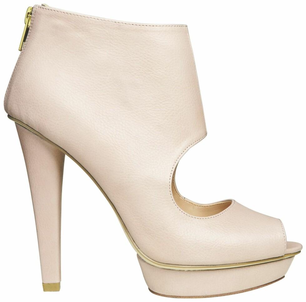 Skyhøye babyrosa sko med gulldetaljer (kr 400, H&M).