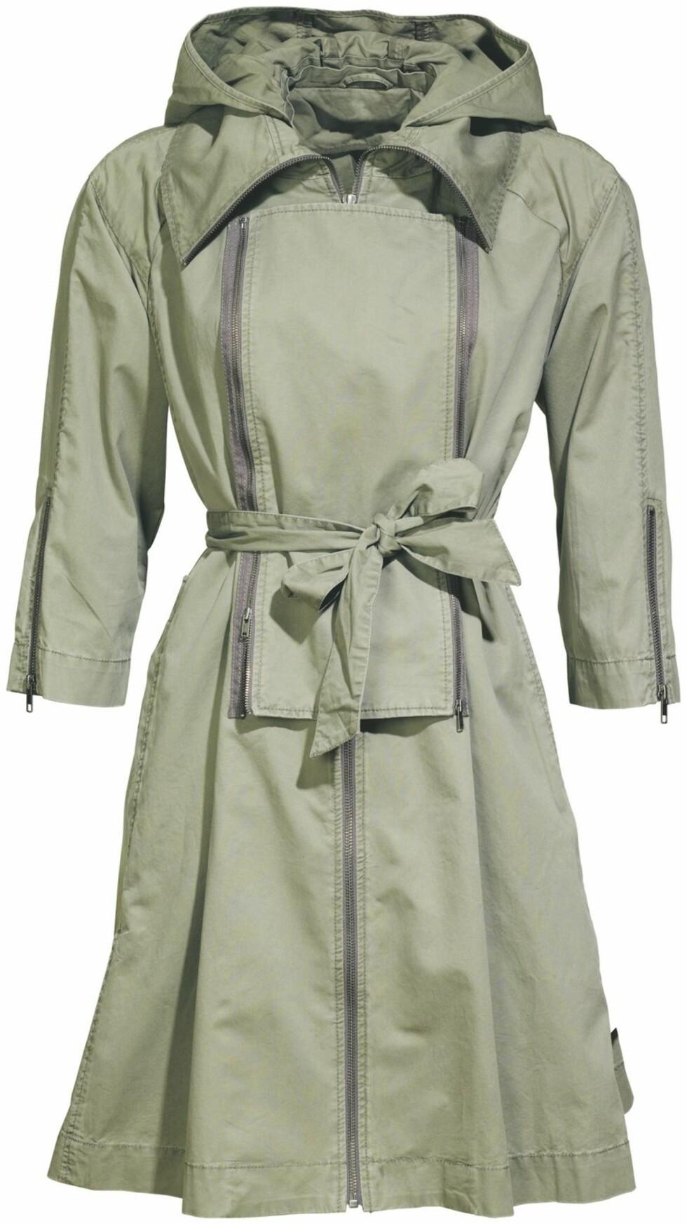 Olivengrønn trenchcoat (kr 700, H&M).