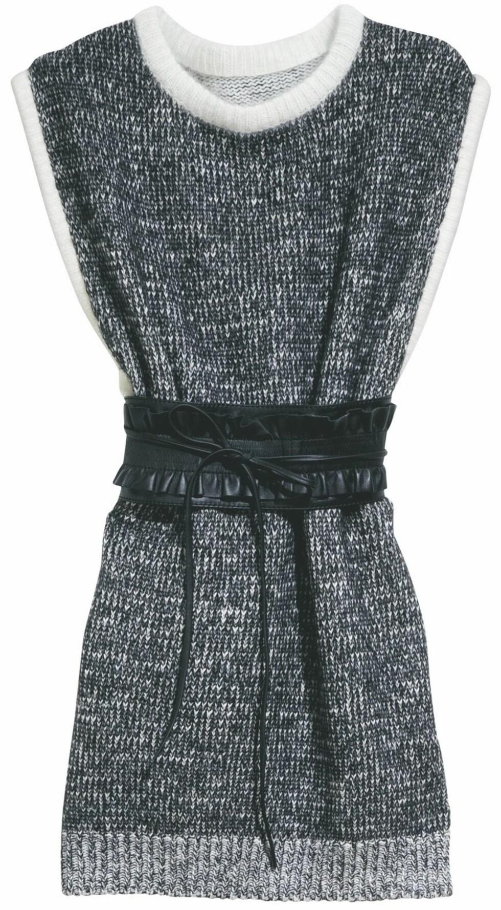 Strikkekjole med svart belte (kr 400, H&M).