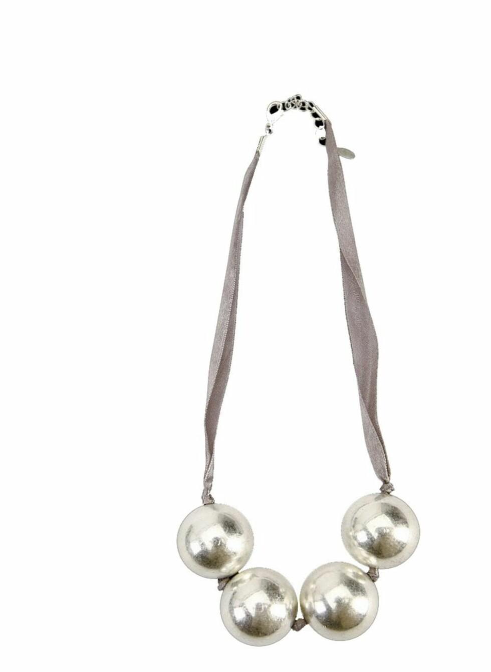 PYNTER OPP DET MESTE: Perlekjede som kan brukes til en enkel genser eller en flott kjole når du skal på kalas (kr 105, Accessorize).