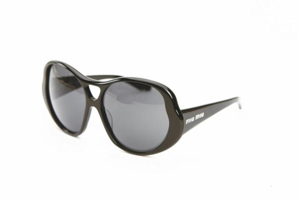 STORT ER HOT: Svarte platsikkbriller å gjemme seg bak (kr 1410, Miu Miu).