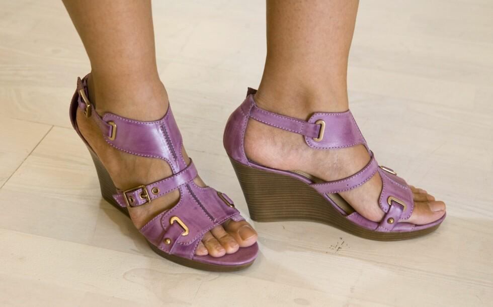 PASTELL: Detaljrike sandaler med kilehæl (kr 1100/Geox) Foto: Per Ervland