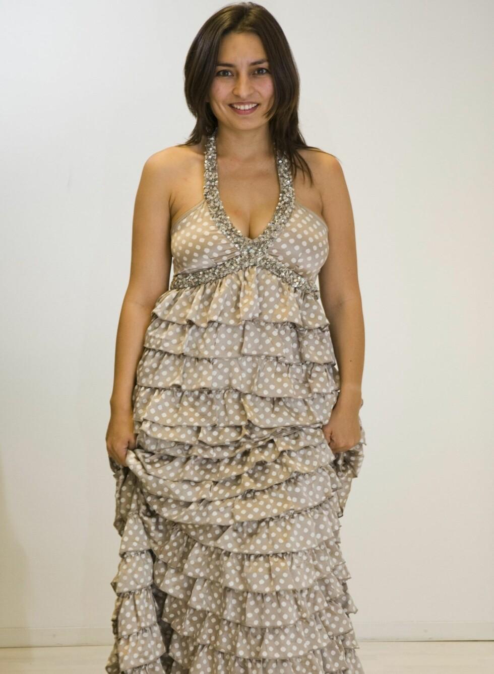 GLITTER OG FOTSID: Beige kjole med halter-neck, glitterdetaljer, volanger og hvite prikker (kr 2699/Andersen og Lauth) Foto: Per Ervland