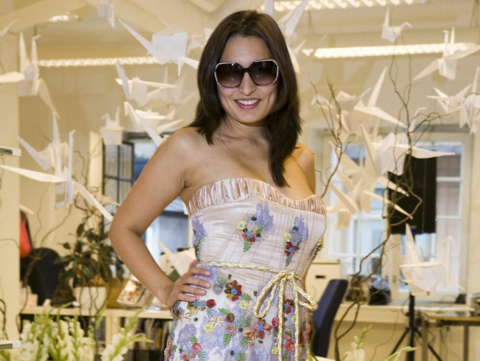 <strong>MINI:</strong> kk.no-journalist Linda Vasquez prøver kjole med broderier (kr 9000/Cecilie Melli)solbriller med lilla stripe (Balenciaga) og lilla sandaler (kr 1100/Geox). Foto: Per Ervland