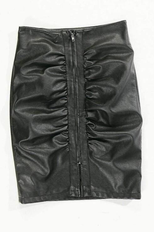 TRENDY I FAKE SKINN: Skjørt i polyester som kan styles rocka og kult (kr 500, Carlings).