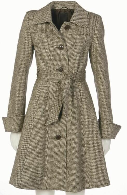 KLASSISK: Tweedkåpe i engelsk stil med bredt knytebelte (kr 900, Lindex).