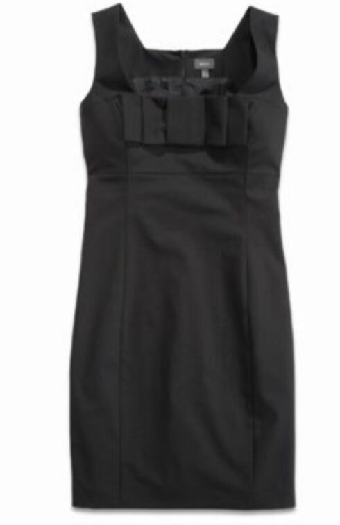 I AUDREY HEPBURN-STIL: Slt kjole i bomull med sløyfe foran (kr 800, Mexx).