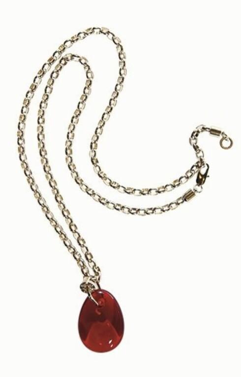 RØDT BLIKKFANG: Kanskje alt som skal til er et flott smykke med en rød stein (kr 900, Dyrberg/Kern).
