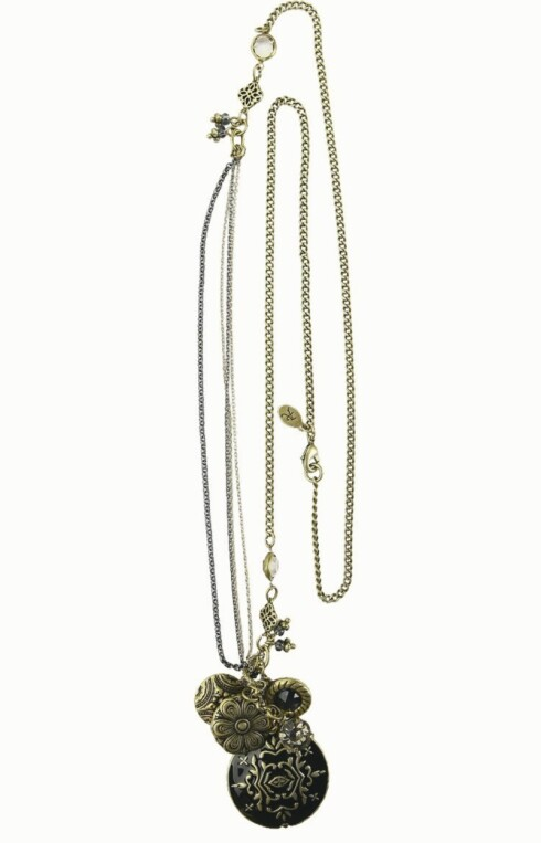 FINE DETALJER: Smykke med anheng i metall (kr 160, Accessorize).
