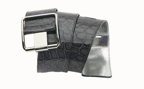 I SKINN: Tøft belte med krokoeffekt og sølvdetaljer (kr 600, Tosca Blu).