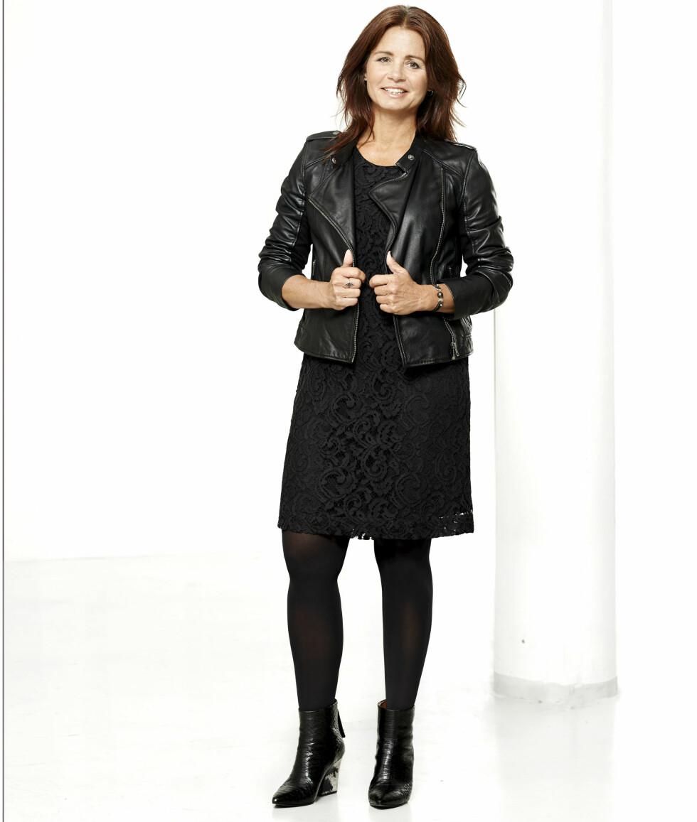 I ROCKA BOOTS!: I KK Stils serie der leserne viser fram trendene, har stylist Birgit Axelsen stylet Malene i en sort blondekjole (kr 1200, Style Butler), skinnjakke (kr 1700, Soaked in Luxury) og støvletter (kr 1150, Other Stories). Foto: Peter Irgens