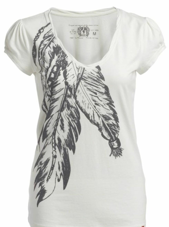 TRENDY FJÆR: Hvit t-skjorte med lav utrigning (kr 200, Esprit).