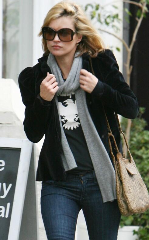 Stjernene er ofte å se i t-skjorter med vintage-preg, som denne med hvit fugl på som supermodell Kate Moss har på seg.  Foto: All Over Press