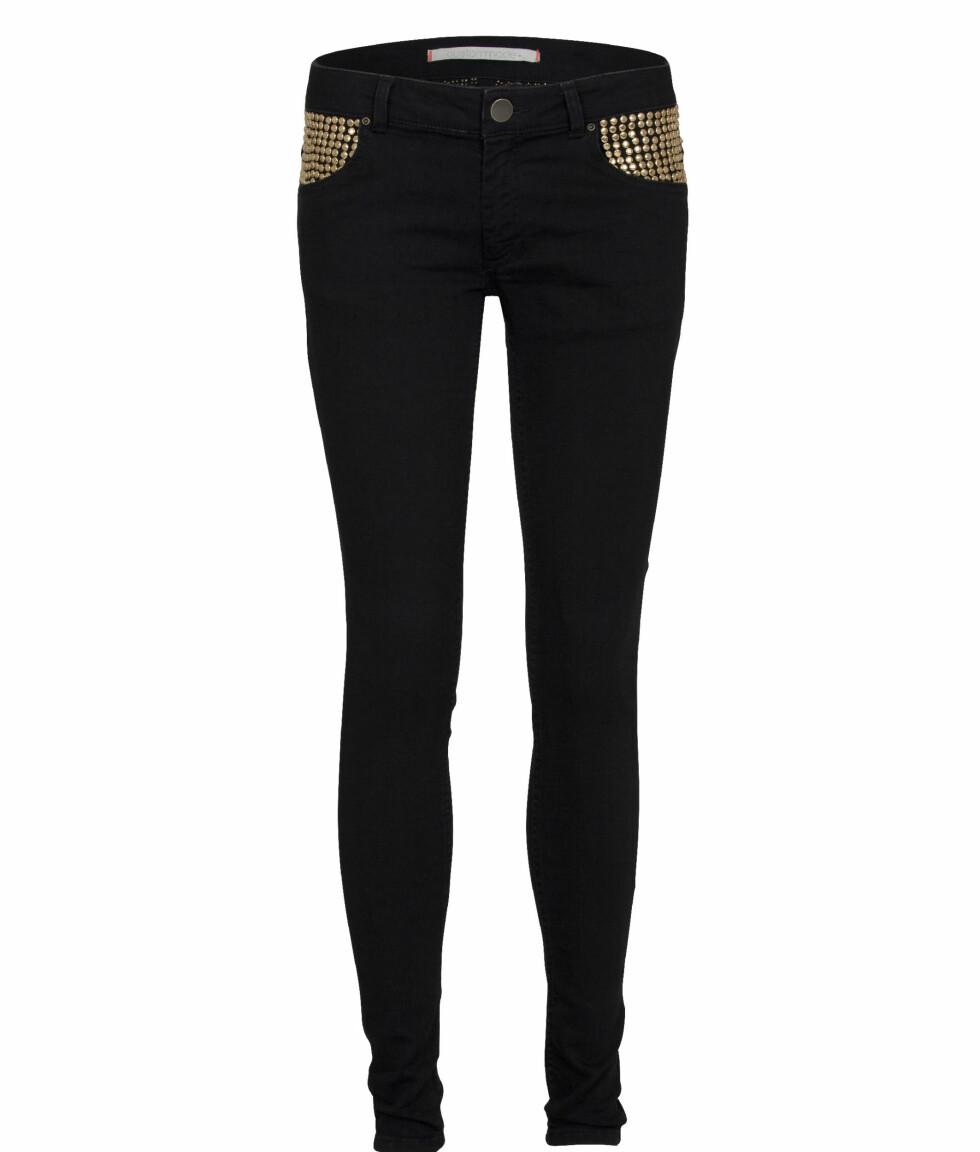 Svarte jeans med gulldetaljer (kr 1500, Custommade). Foto: Produsenten