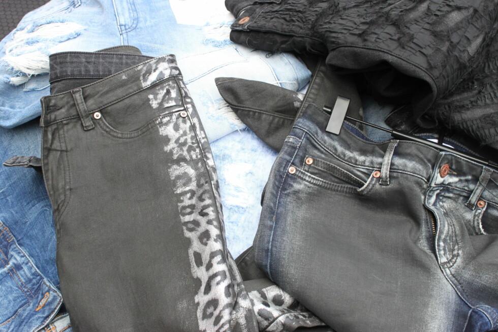 SE ETTER DETTE: Metalliske dyreprint, slitte detaljer og voksede overflater gir deg den rette look. Jeans fra Noisy may. Foto: Stine Therese Strand