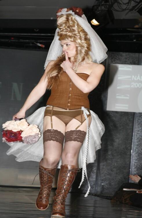 Surferosa-vokalist Mariann Thomassen i antrekk fra Ida Gullhav.