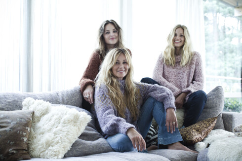 SKAPPELGENSEREN: I Skappel-familien har alle strikkedilla, og hobbyen har blitt til en familiebedrift. Dorthe Skappel i front med døtrene Marthe (t.v.) og Maria. Foto: Astrid Waller