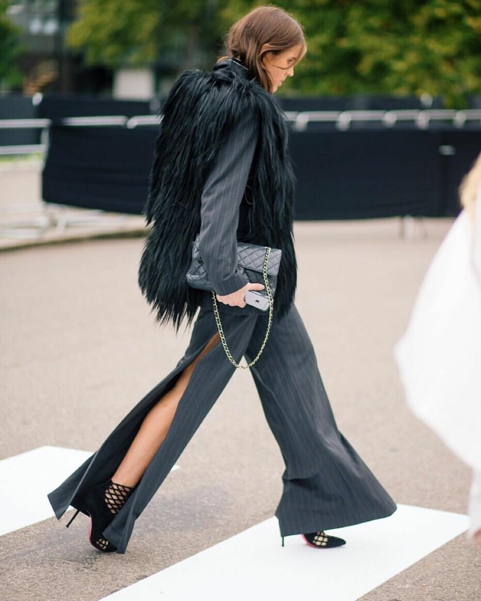 UVENTET VRI: Vi elsker detaljer som denne høye splitten på dressbuksen! Foto: Diego Zuko