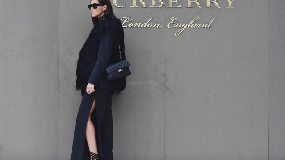 DRESSBUKSE MED SPLITT: Denne varianten av dressbuksen er superkul. Stjel stilen til moteredaktør Darja Barannik eller finn din nye favorittbukse nederst i saken! Foto: Darjabarannik.com