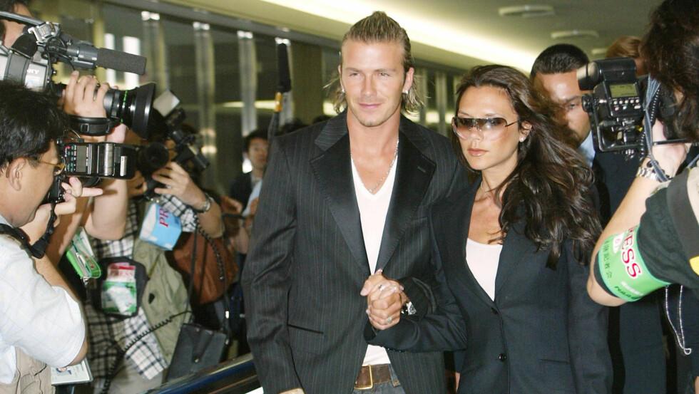 <strong>DAVID OG VICTORIA BECKHAM:</strong> Victoria og David Beckham er et av verdens mektigste kjendispar, og har opplevd både opp og nedturer. På begynnelsen av 2000-tallet stormet det ekstra mye rundt superparet - da David Beckham angivelig skal ha vært utro. Her er paret fotografert på flyplassen i Tokyo i 2003. Foto: NTB Scanpix