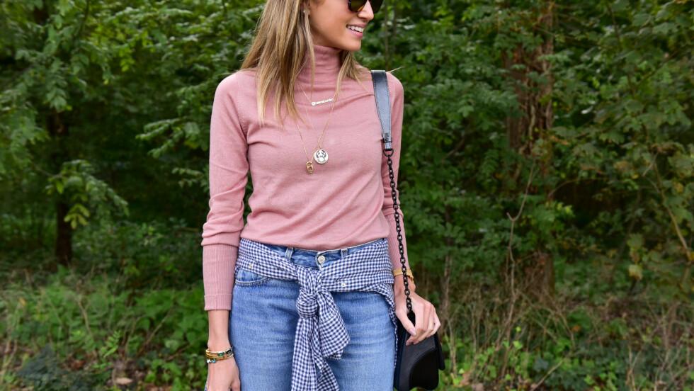 <strong>DENIM:</strong> Et par jeans slår aldri feil. Gjør som bloggeren Kristina Bazan og kombiner deg med et skjorte rundt livet på jeansene for en spennende touch! Den høyhalsede genseren er et must nå og kan brukes til det meste. Foto: DPA