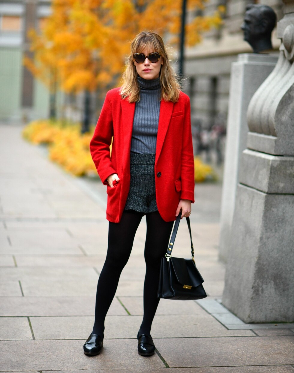 LA EN FARGE SKINNE: Denne røde jakken er superkul og er perfekt for å sprite opp et ellers nøytralt og mørkt antrekk. Foto: Annabelrosendahl.com