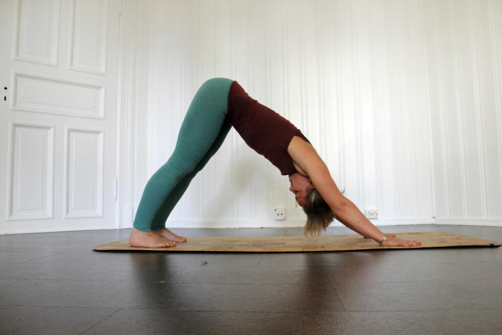 DOWNWARD FACING DOG: Yogainstruktør Pernille Bønken viser øvelsen, som er god for spenning i nakke og rygg. Foto: Hedda Rumohr Berge