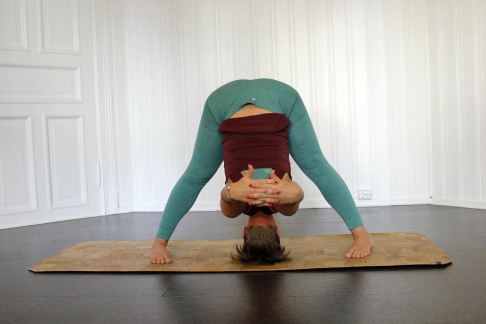 STÅENDE FOROVERBØYING: Denne øvelsen kan kjennes ganske intens. Foto: Hedda Rumohr Berge