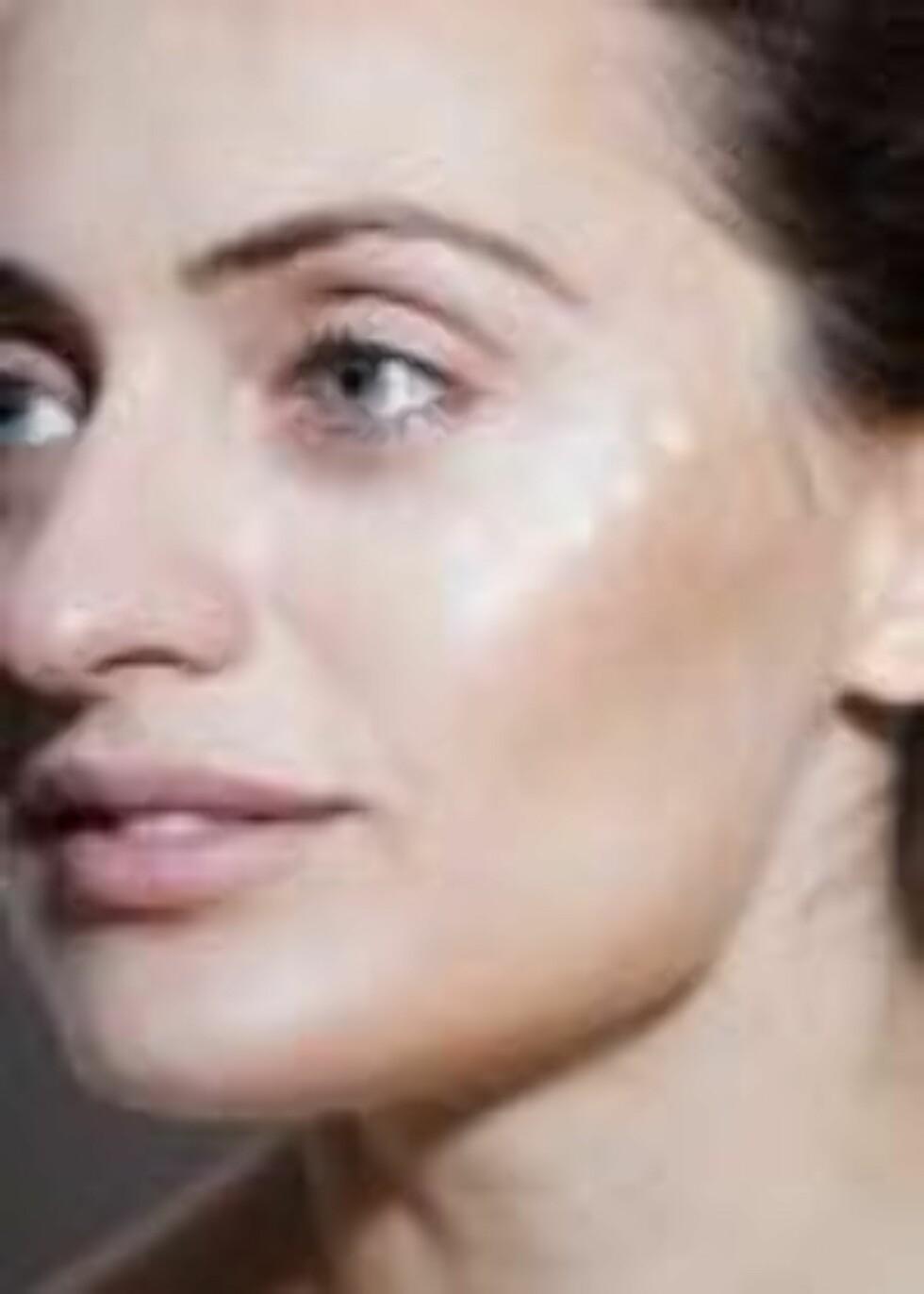 STEG 3: Bruk en perlemorskrem eller fint highlighterpudder til å markere de høyeste punktene i ansiktet. Foto: Astrid Waller