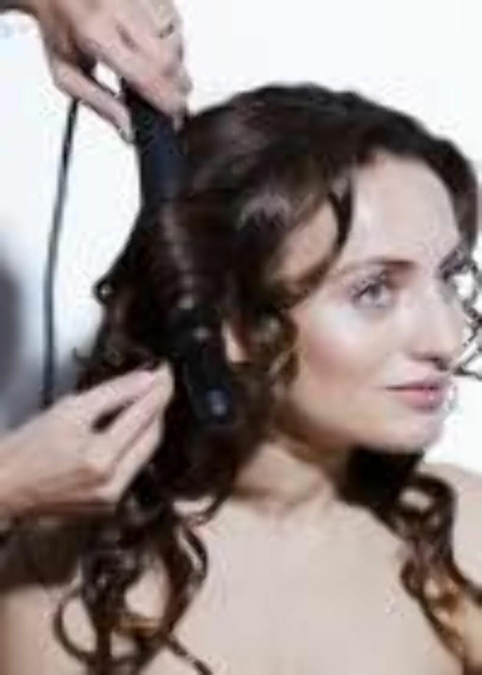 STEG 1: Sett opp det meste av håret slik at bare det underste henger ned. Krøll så håret i mange smale seksjoner. Foto: Astrid Waller