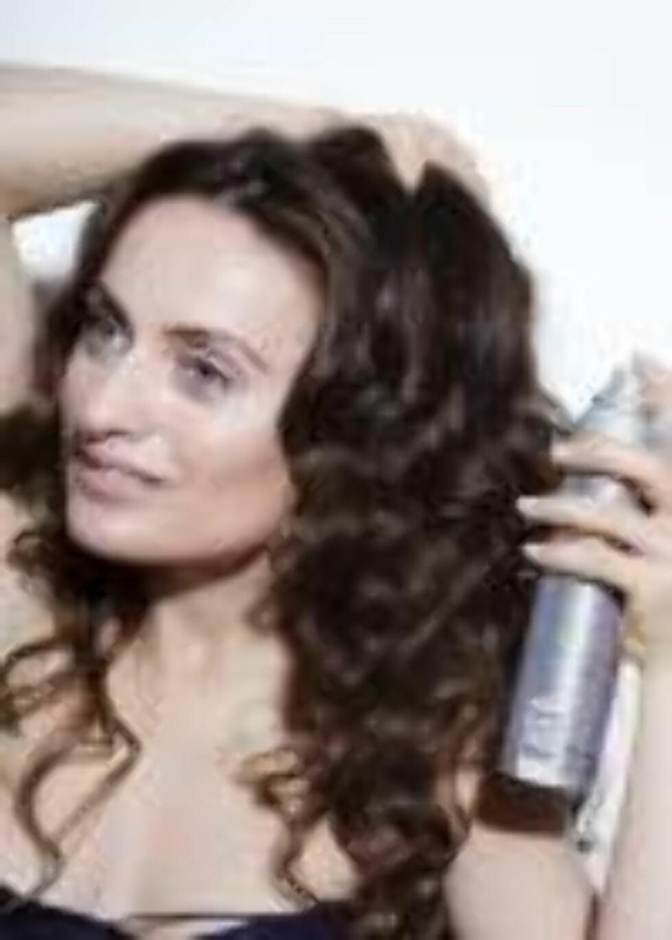 STEG 3: Bruk strukturspray og/eller tørrspray til å gjøre håret mindre polert. Foto: Astrid Waller