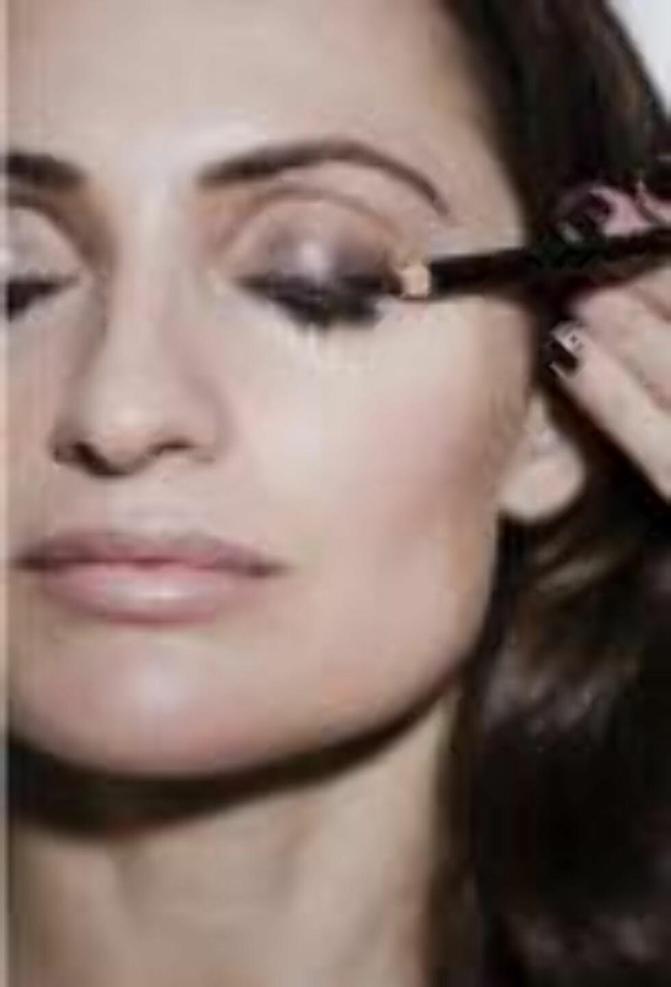 STEG 4: Vil du ha skyggen litt bredere bruker du en lysere bruntone.  Foto: Astrid Waller
