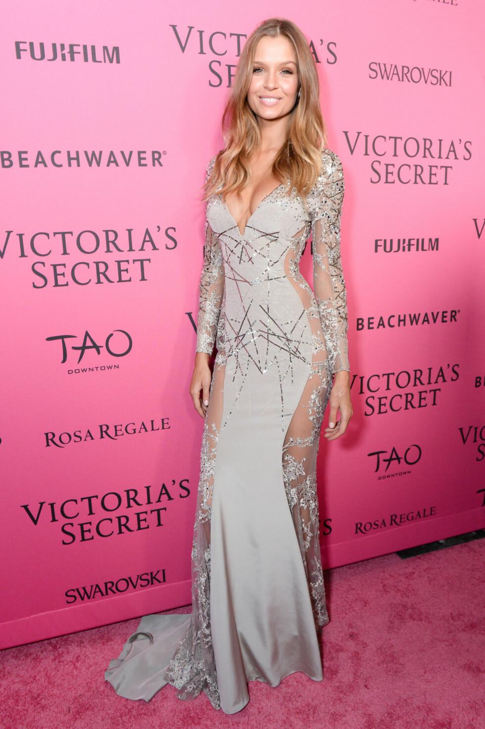 VICTORIA'S SECRET: Josephine Skriver poserer på den rosa løperen på festen til Victoria's Secret. Foto: SipaUSA