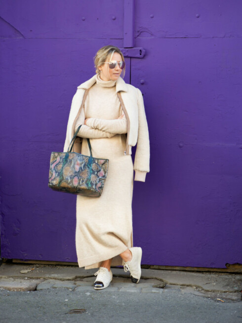 <strong>LINE LANGMO:</strong> Gjør som stylisten og bloggeren og bruk sneakers sammen med en kjole!  Foto: Linelangmo.no