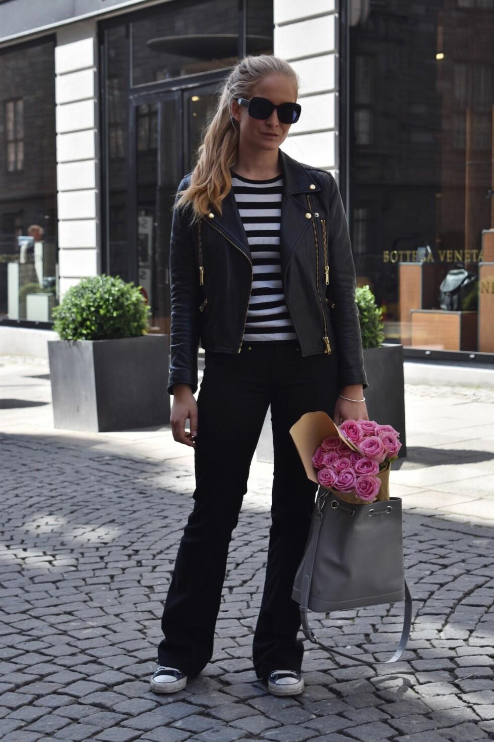 SLENGBUKSEN: Nathalie Helgerud går for en avslappet og kul stil med disse slengbuksene i en sort variant. Foto: Nathaliehelgerud.com