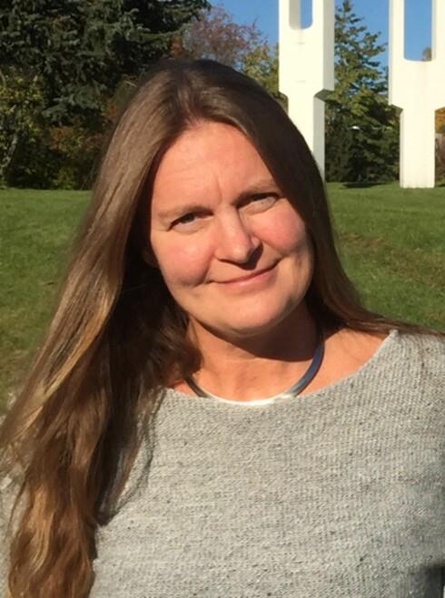 Hilda Stønsterud ved Statped synes det er synd at stamming kan bli et hinder for såpass mange. Hun mener det er viktig at folk er klare over at det er hjelp og få - også for voksne som stammer.  Foto: Privat