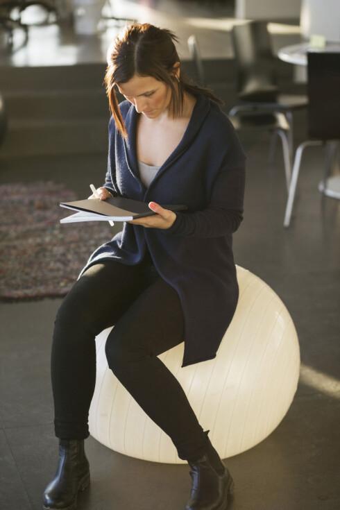 <strong>PÅ KONTORET:</strong> Ekspertene advarer mot å bytte ut kontorstolen med en pilatesball - men tipser deg likevel om å ha en tilgjengelig på kontoret for bruk i korte perioder annenhver dag. Foto: NTB Scanpix
